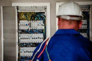 Remédier aux disfonctionnements du réseau électrique: pourquoi faire appel à un électricien?