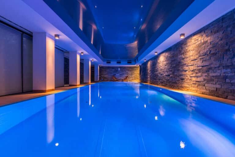 Read more about the article 4 conseils pour bien construire et intégrer une piscine intérieure